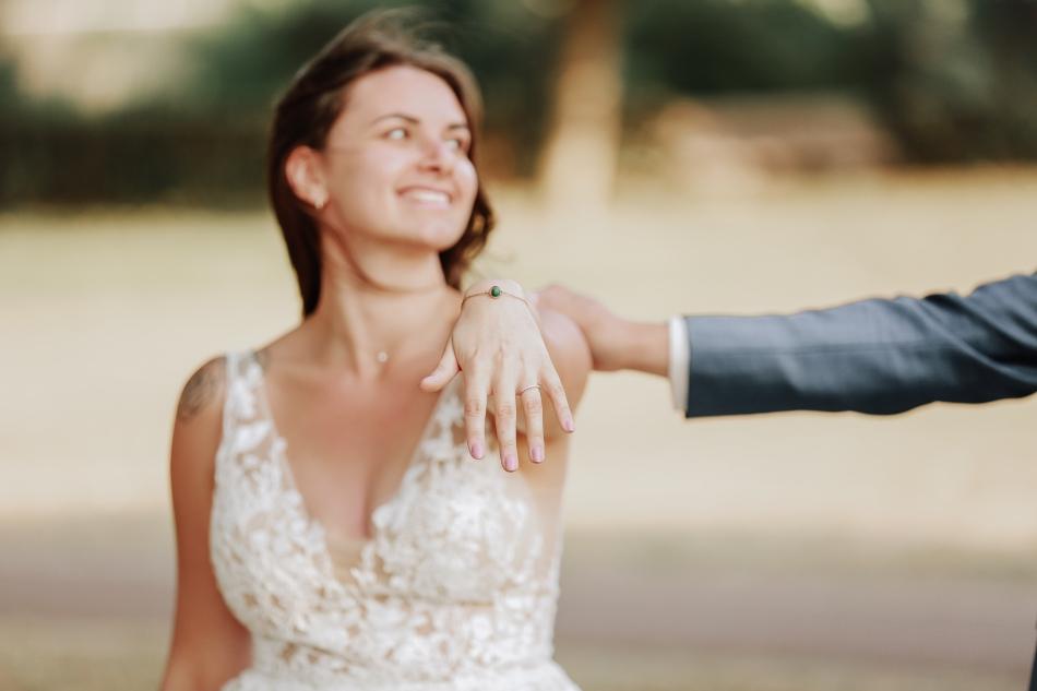 la main dune mariee qui montre son alliance a deauville